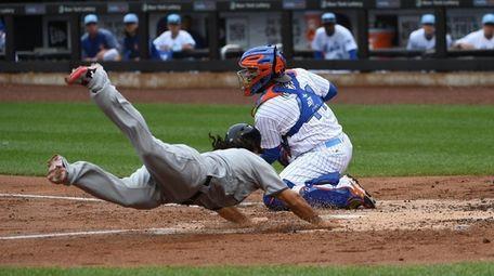 New York Mets catcher Rene Rivera catches a