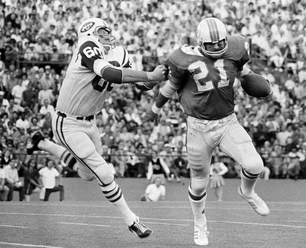 New York Jets linebacker Larry Grantham (60) chases