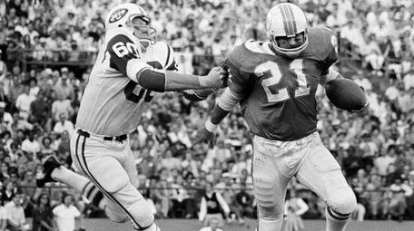 New York Jets linebacker Larry Grantham (60) chases