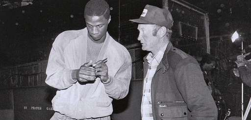 Darryl Strawberry autographs a ball for Mets head