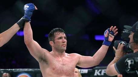 Chael Sonnen is declared the victor against Wanderlei