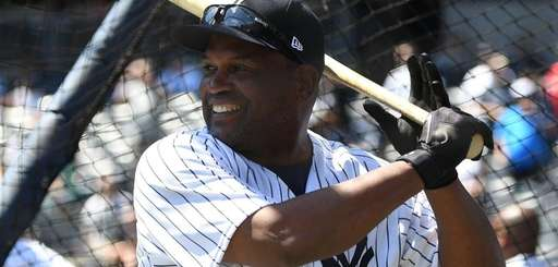 Former Yankee Tim Raines takes batting practice on