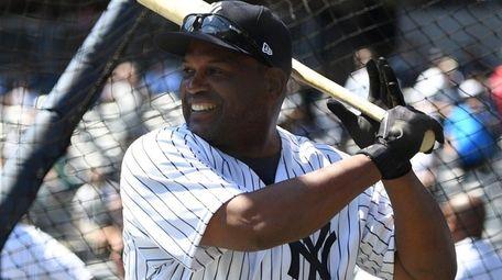 Former Yankee Tim Raines takes batting practice on