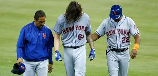 Mets sterter Robert Gsellman is helped off the
