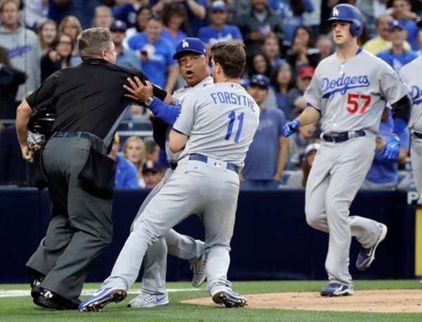 Los Angeles Dodgers manager Dave Roberts, center, is