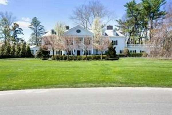 A 10,000-square-foot Old Westbury Colonial manor once owned