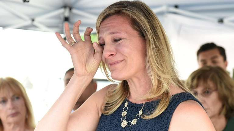 Jiovanna Bennaeim, of Great Neck, speaks about loss