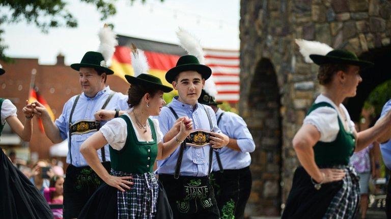 Dancers enjoyed traditional German music at Plattduetsche Park