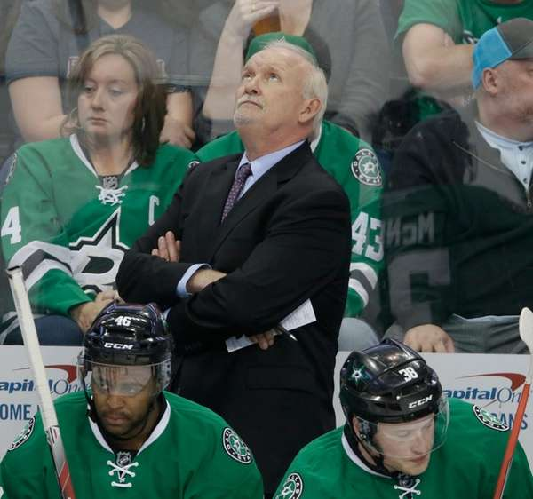 Dallas Stars head coach Lindy Ruff looks up