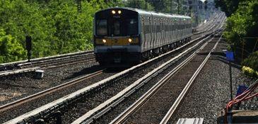 A LIRR train comes into Floral Park station.