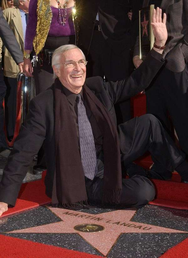 Actor Martin Landau waves to fans during a