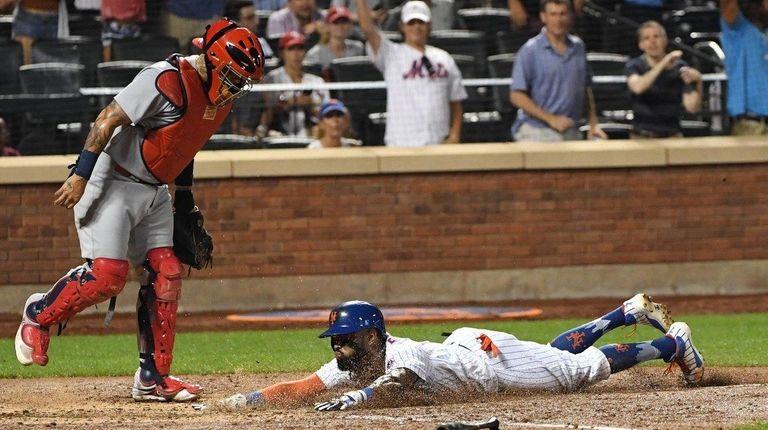 New York Mets shortstop Jose Reyes dives to