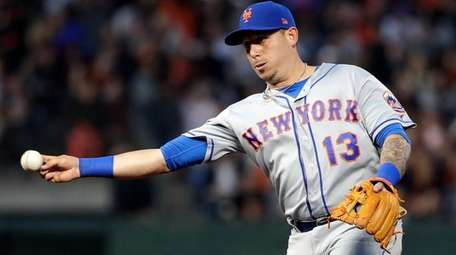 Mets second baseman Asdrubal Cabrera throws out the