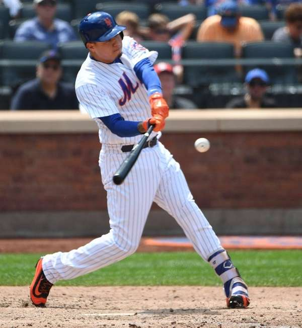 Mets pinch hitter Wilmer Flores hits a solo