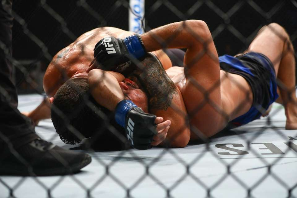 Middleweight Chris Weidman submitting Kelvin Gastelum during the