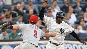 Yankees shortstop Didi Gregorius is caught in a