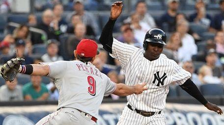 Yankees shortstop Didi Gregorius is caught in a