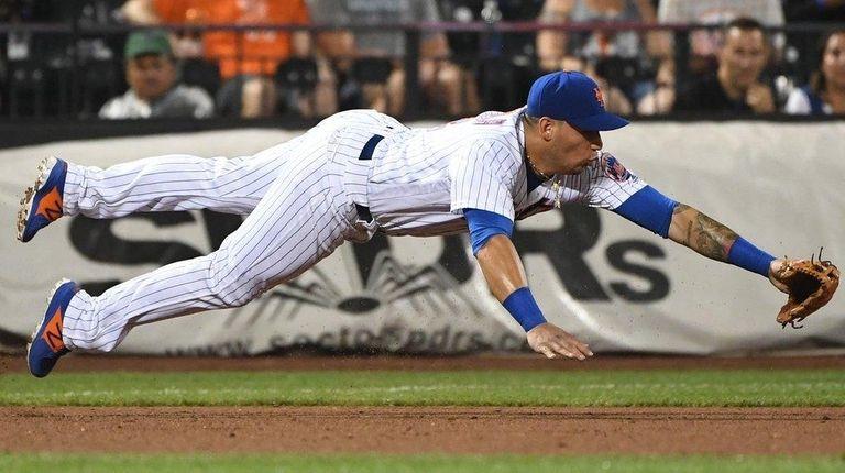 Mets third baseman Asdrubal Cabrera dives against the
