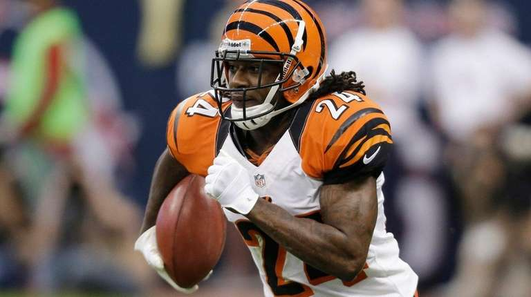 Cincinnati Bengals' Adam Jones runs the ball against