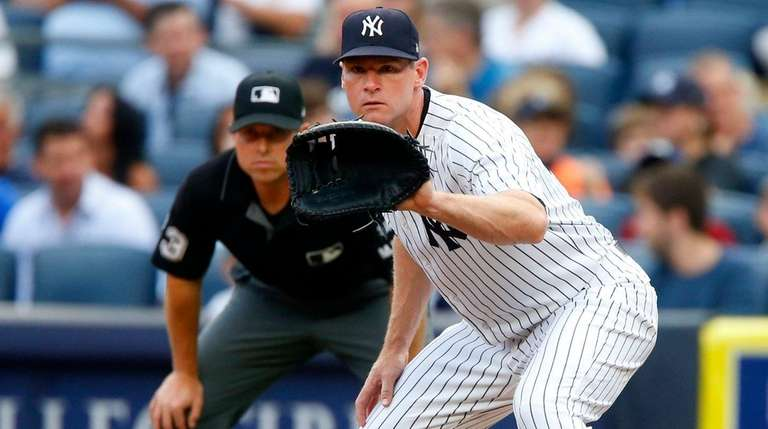 Chase Headley of the Yankees awaits throw at