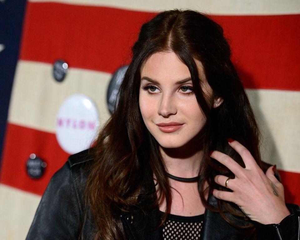 Stage name: Lana Del Rey Birth name: Elizabeth