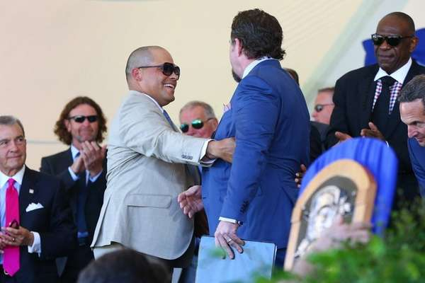 Jeff Bagwell shakes hands with Ivan Rodriguez