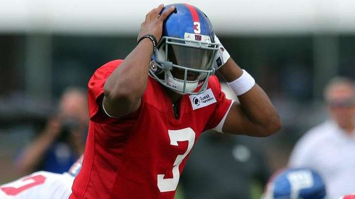 Giants quarterback Geno Smith calls a play at the