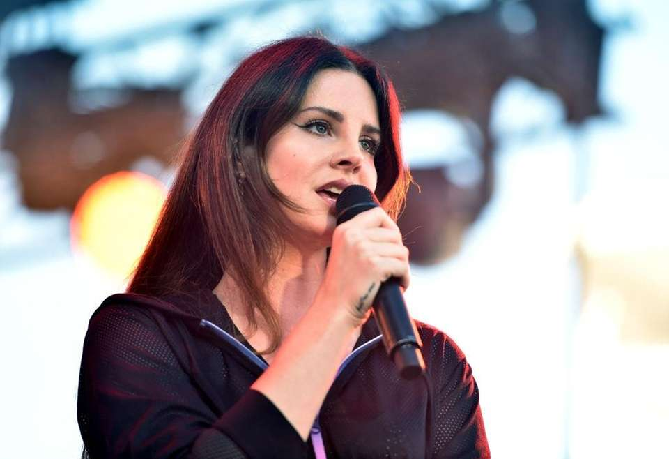 Lana Del Rey sings