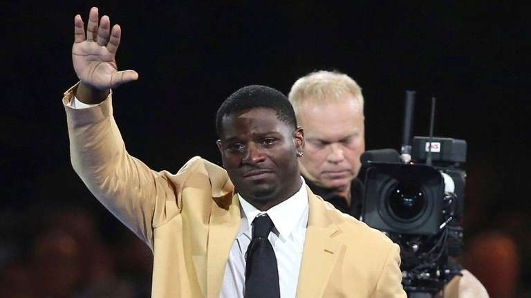 LaDainian Tomlinson waves to the crowd after receiving