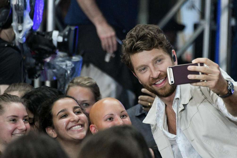 Brett Eldredge takes a picture with a fan