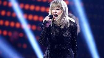 Taylor Swift performs during the DIRECTV NOW Super