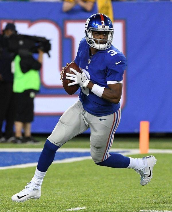 Giants quarterback Geno Smith looks to pass the