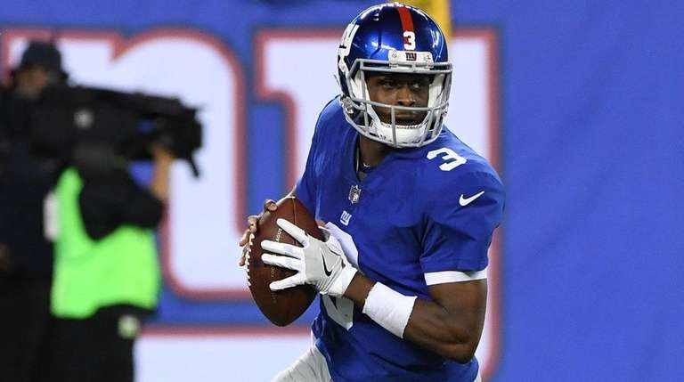 Giants quarterback Geno Smith looks to pass the
