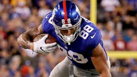 Giants tight end Evan Engram is tripped up by