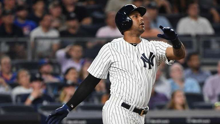 Yankees centerfielder Aaron Hicks hits a solo home