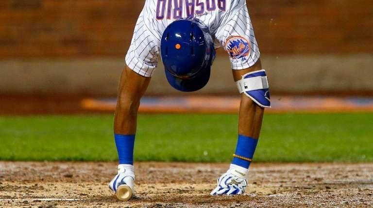 Amed Rosario of the Mets tries to regain