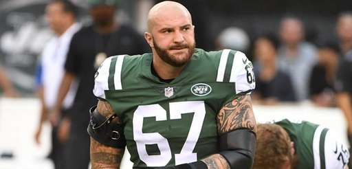 New York Jets guard Brian Winters warms up
