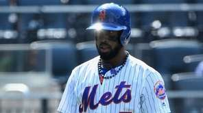 Mets' Jose Reyes returns to the dugout after
