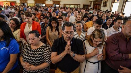 Parishioners pray as Cardinal José Gregorio Rosa Chávez
