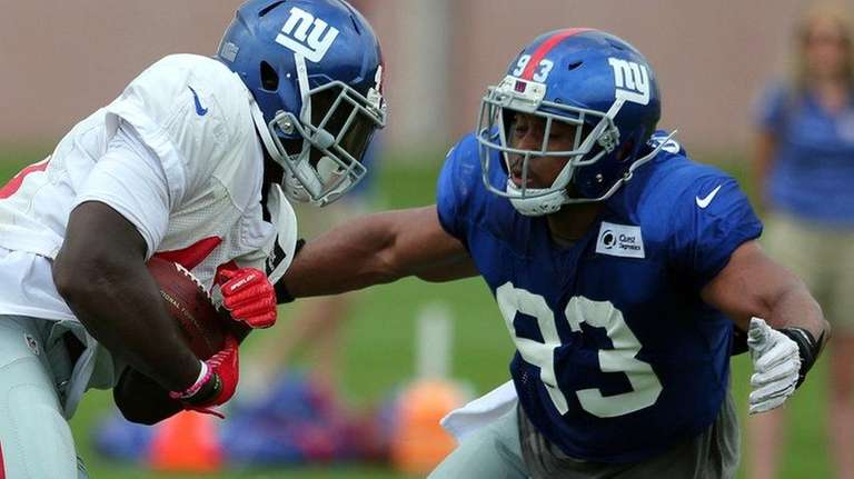 Giants linebacker B.J. Goodson tackles tight end Will