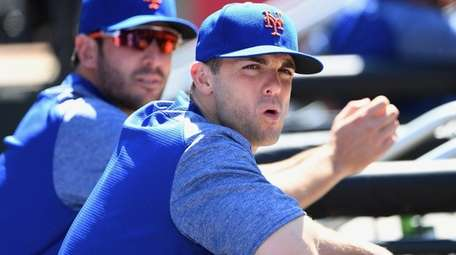 Mets' David Wright and Matt Harvey look on