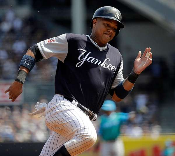 New York Yankees second baseman Starlin Castro rounds