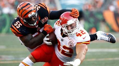 Bengals linebacker Vontaze Burfict tackles Chiefs running back Anthony