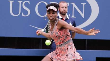 Venus Williams with the forehand return to Viktoria
