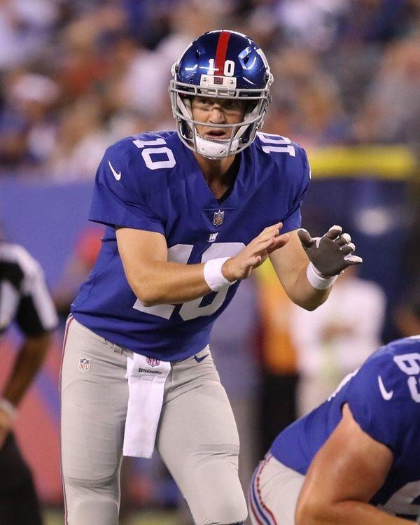 Giants quarterback Eli Manning waits for the snap