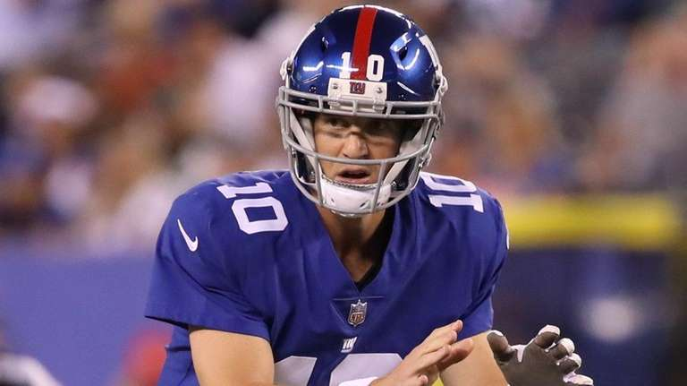 Giants quarterback Eli Manning waits for the snap