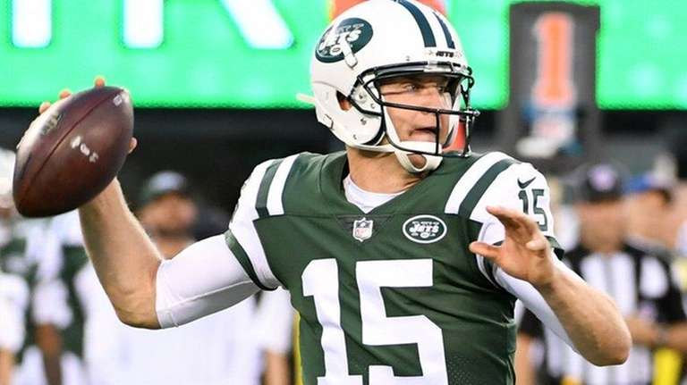 Jets' Josh McCown passes against the Eagles during