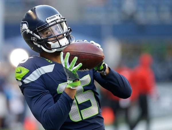 Seahawks wide receiver Jermaine Kearse warms up before