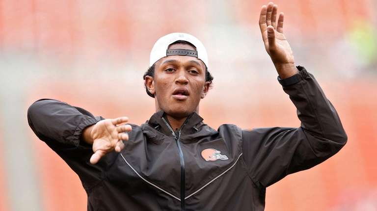 DeShone Kizer of the Cleveland Browns warms up