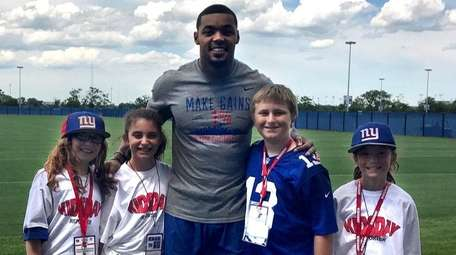 Giants linebacker Jonathan Casillas with Kidsday reporters, from